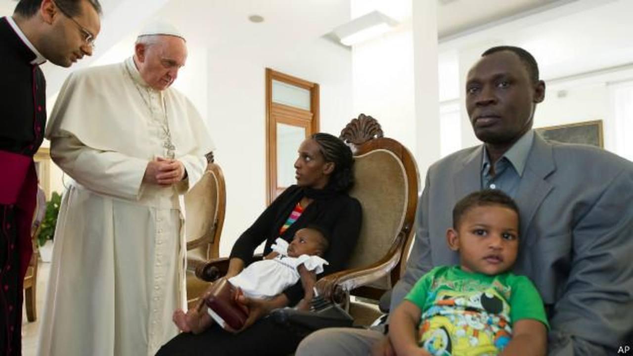 Pontífice se reúne con sudanesa condenada a muerte y su familia.