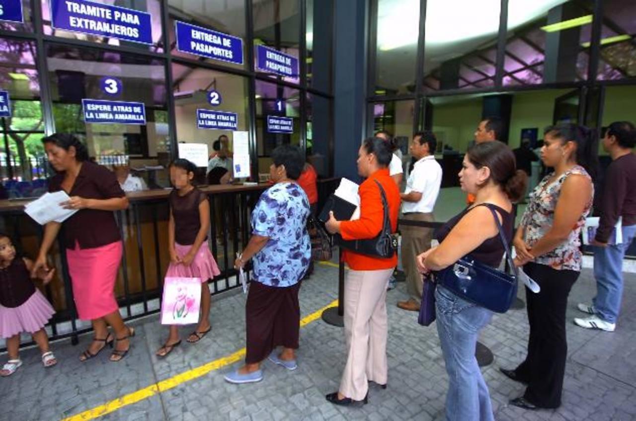 La Dirección de Migración y Extranjería aseguró que ha aumentado el número de las solicitudes de pasaportes, especialmente para niños y adolescentes, en lo que va del año. Foto EDH / Archivo