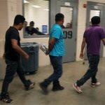 Inmigrantes a los que se capturó después de que cruzaran sin permiso la frontera hacia Estados Unidos son albergados dentro de la estación de la Patrulla Fronteriza de McAllen, en Texas.