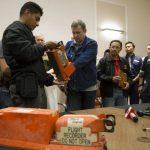 Un experto malasio revisa una de las dos cajas negras antes de ser entregadas por separatistas prorrusos. foto edh / ap