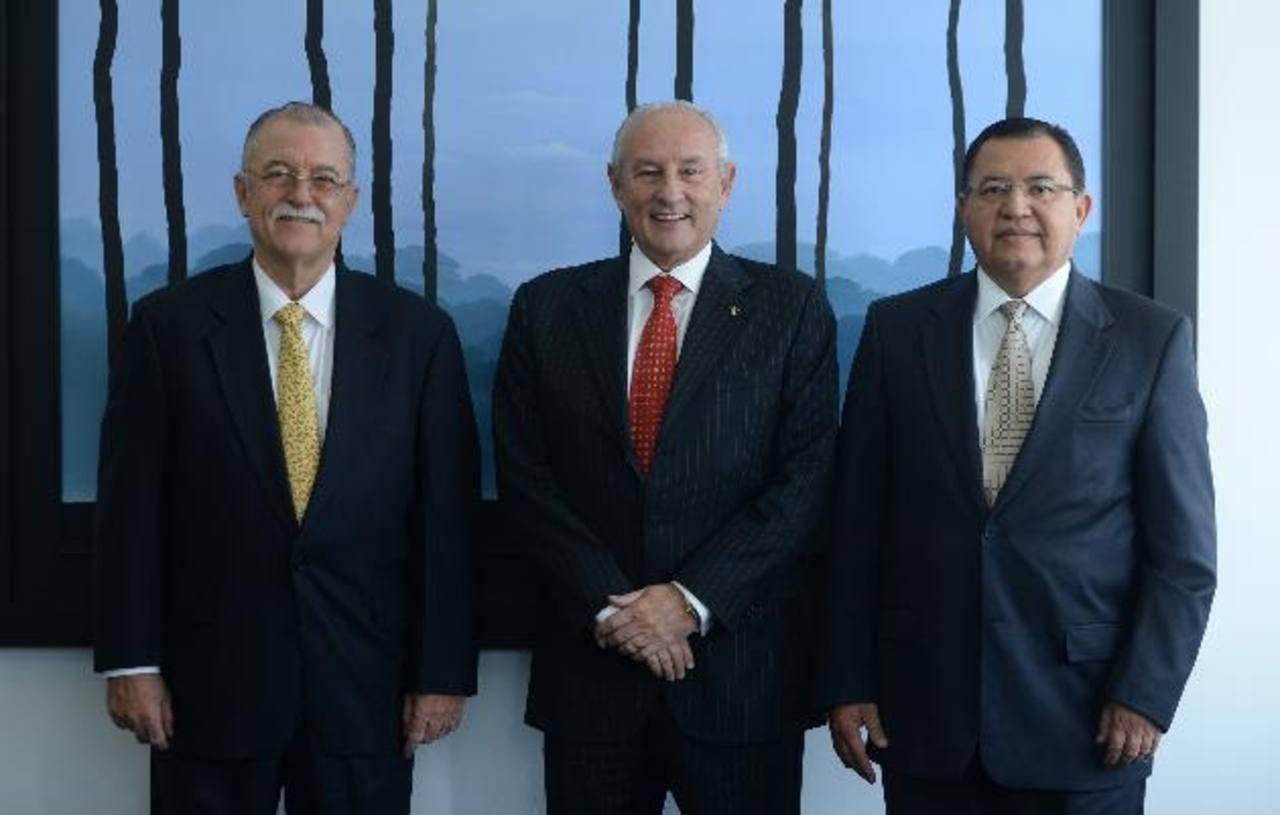 Alfredo Pacas, Carlos Enrique Araujo (presidente) y Armando Rodríguez, directores de Banco Azul. Foto edh / marlon Hernández