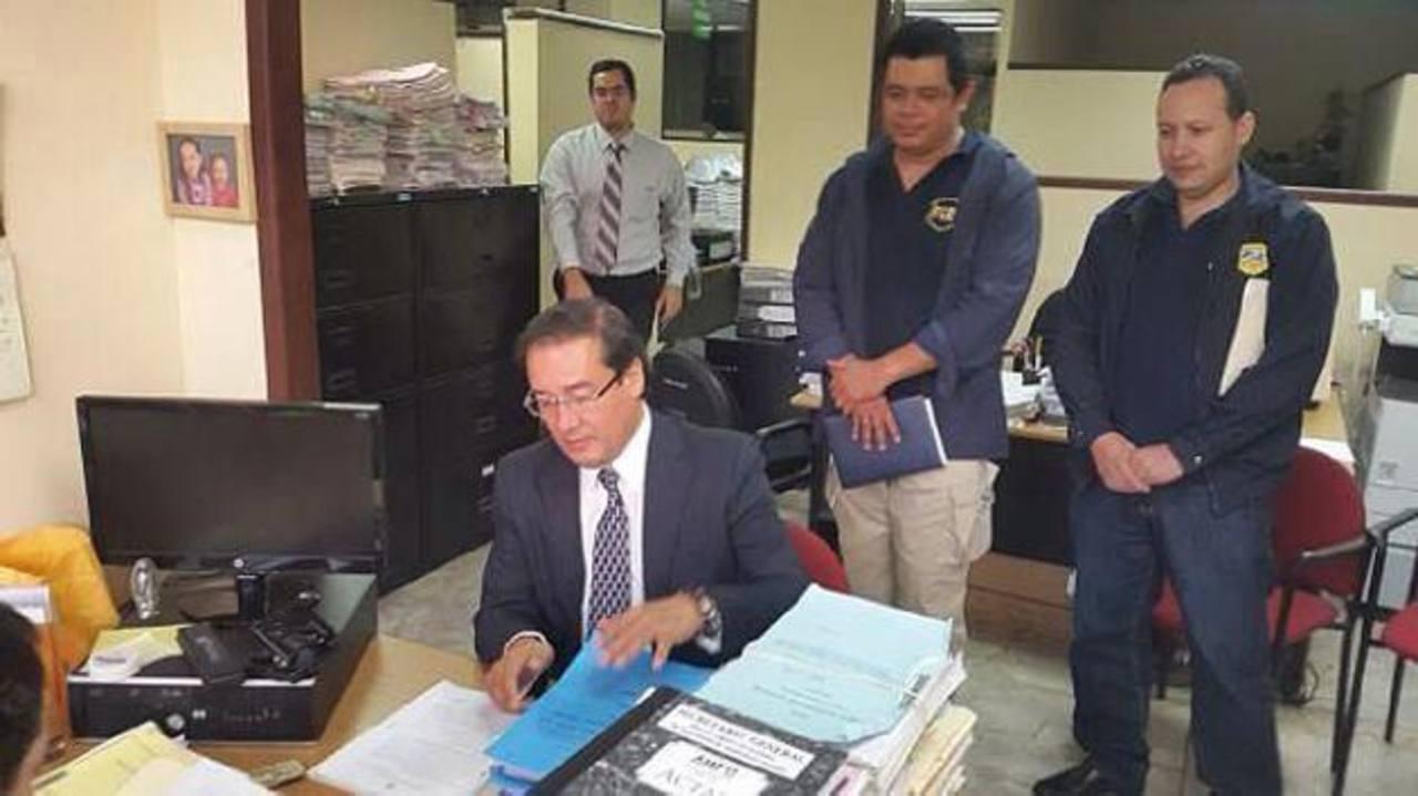 Fiscal General Luis Martínez presenta la petición de antejuicio en la Corte Suprema. FOTO EDH / FGR