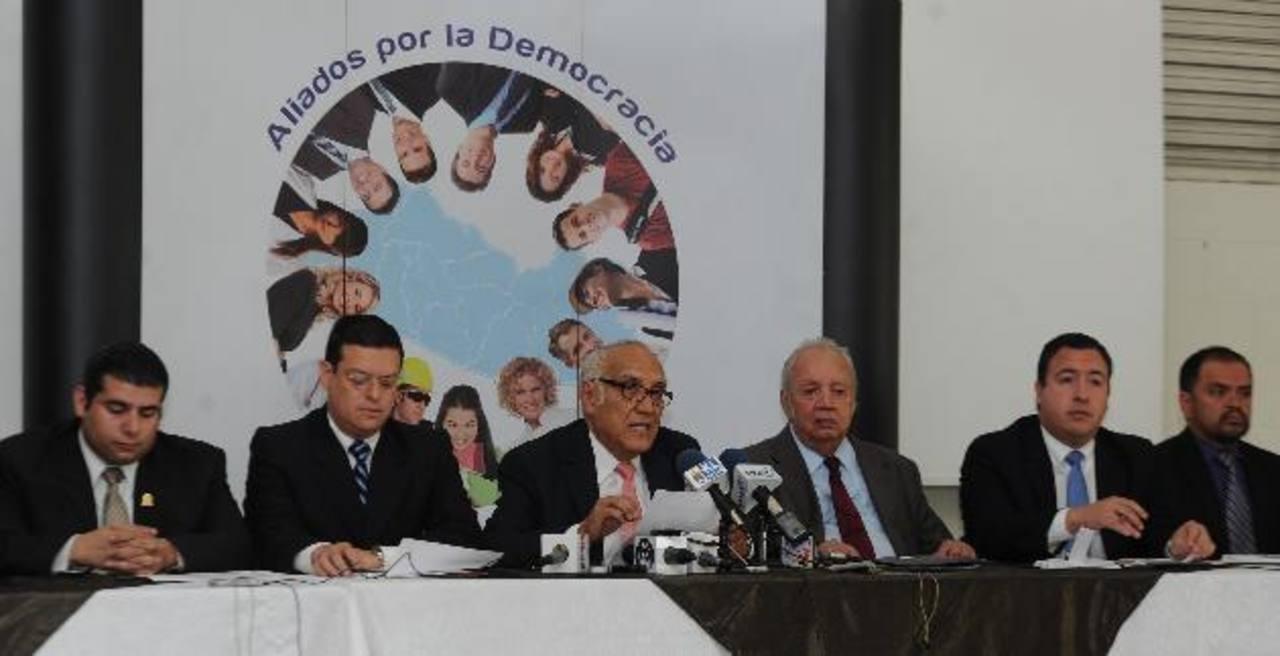 """El representante de Aliados, Domingo Méndez, (centro) pidió a los partidos políticos que no elijan a funcionarios ni aprueben reformas fiscales en un """"combo"""". Foto EDH / ARCHIVO"""