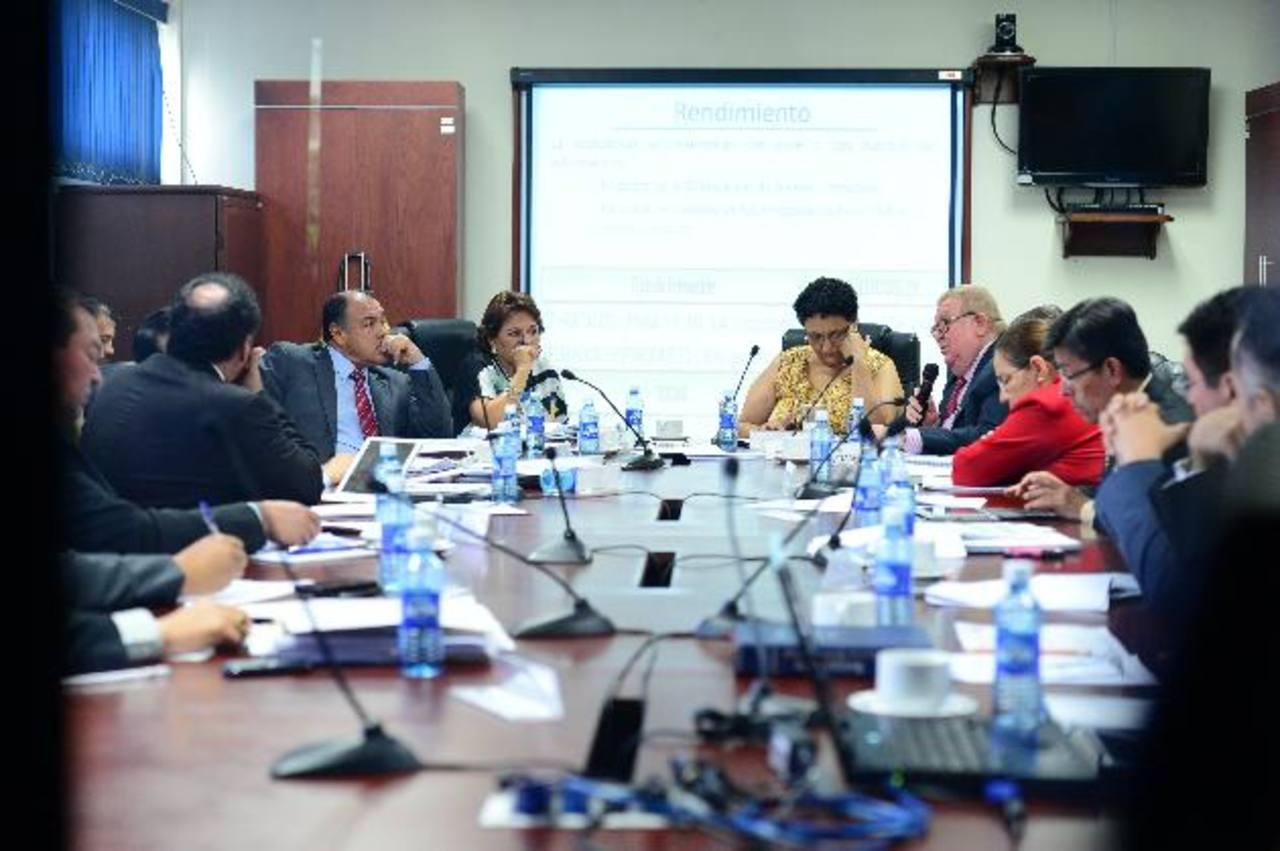 La comisión de Hacienda ha recibido a diversos sectores de la economía y empresarios para oír recomendaciones. EDH /archivo