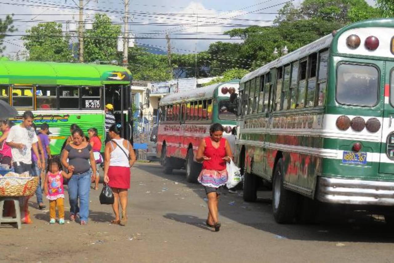 El VMT verificó el servicio de estos buses, luego de denuncias que realizaron empresarios que no están aglutinados en Asotra. Foto EDH / ROBERTO DÍAZ ZAMBRANO
