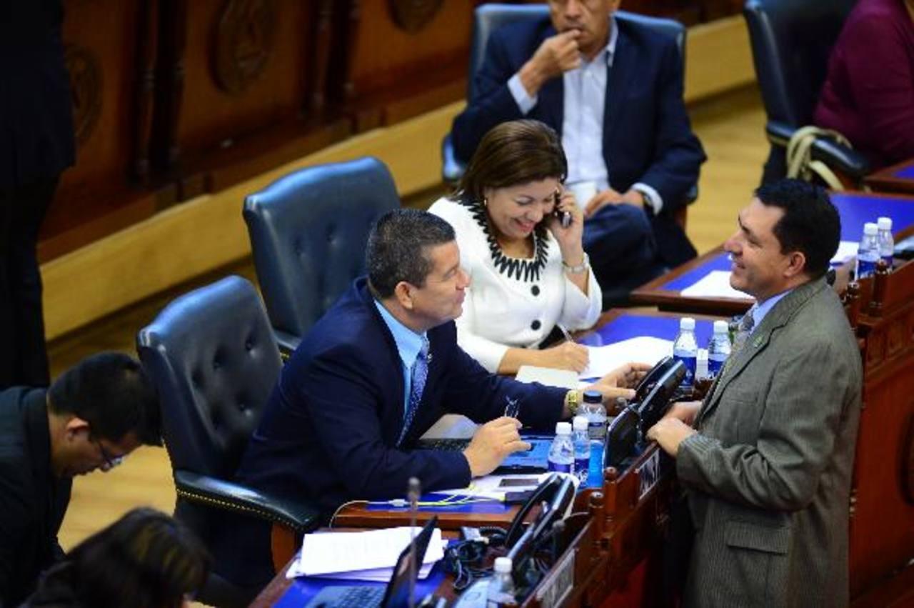 El diputado del FMLN, Manuel Flores, conversa con el pecenista Mario Ponce, durante la plenaria del miércoles. foto edh / archivo