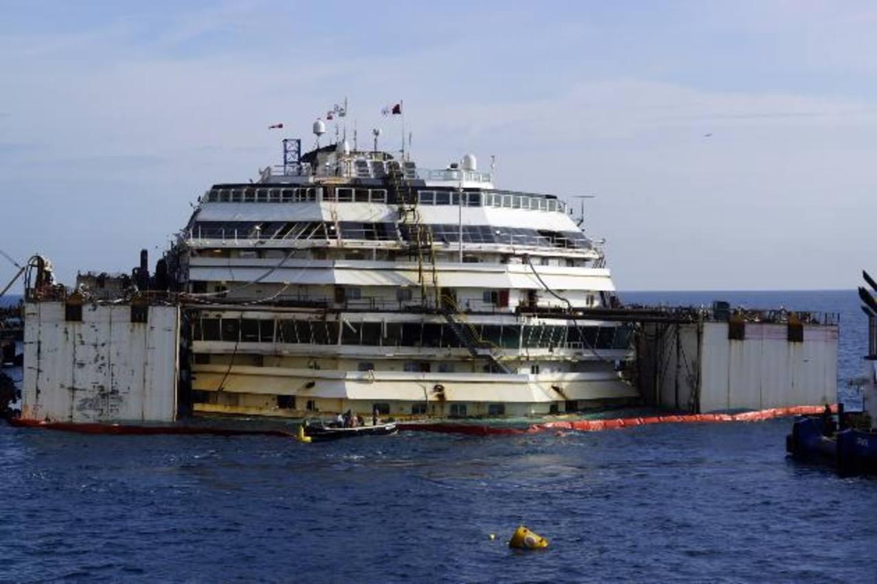 Reflotan restos del crucero Costa Concordia