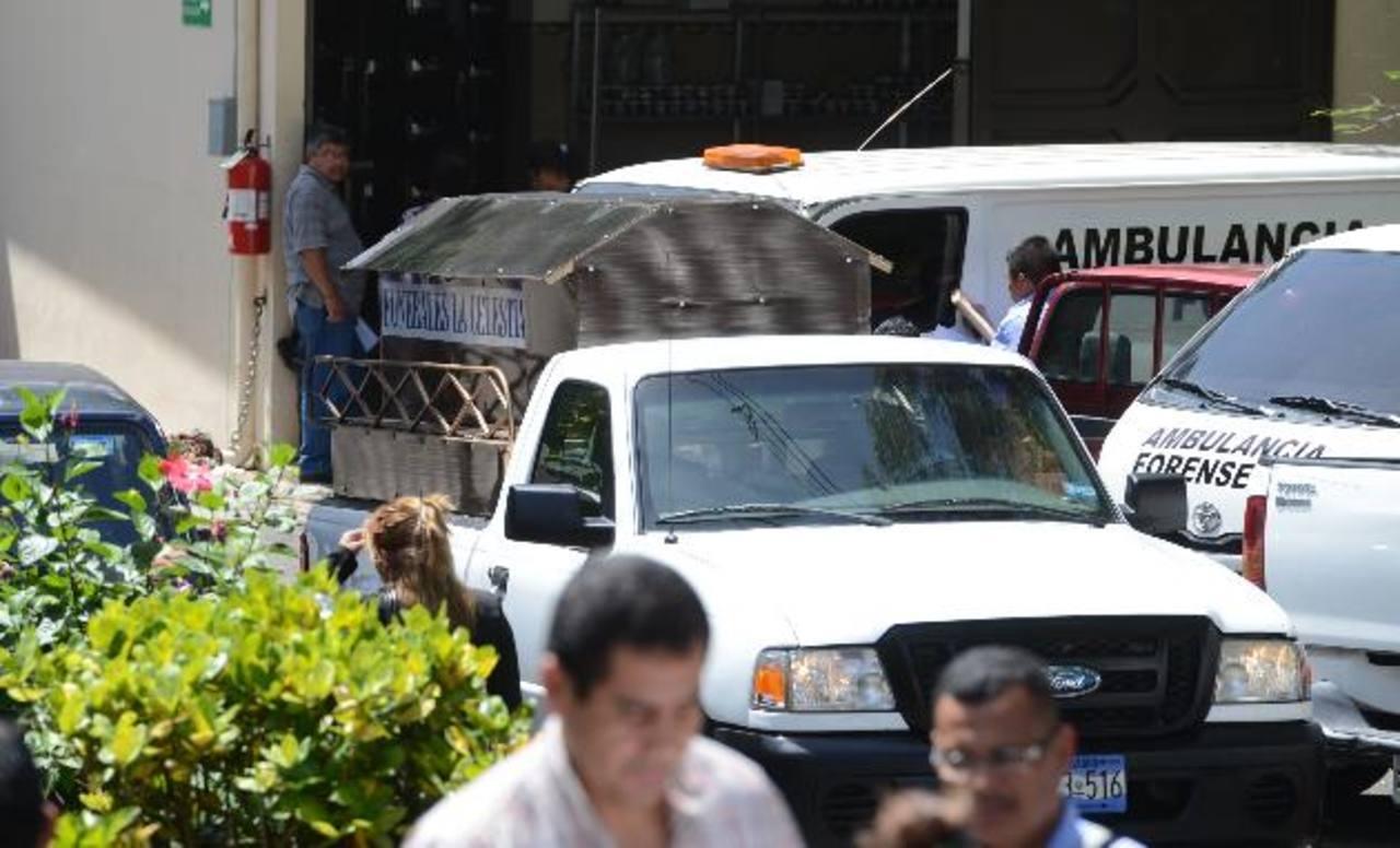 La familia de la docente recibió el cadáver hasta ayer, a las 2:00 p.m. Foto EDH / Mauricio Cáceres.