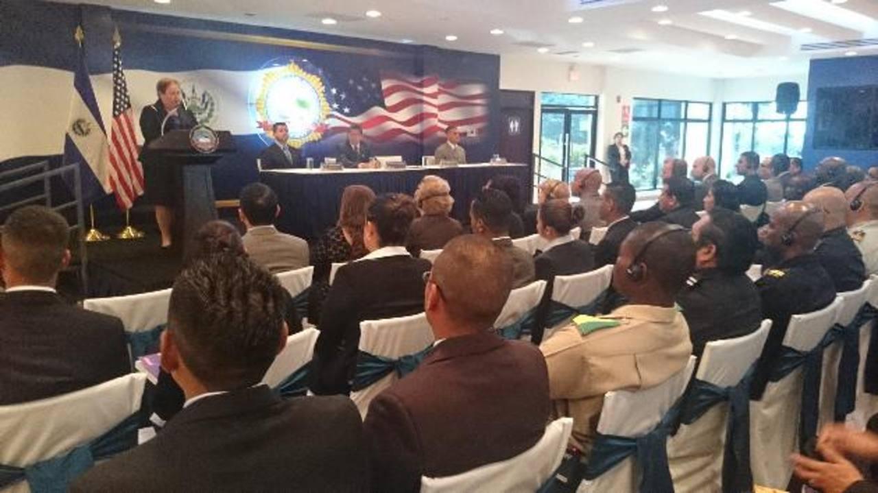 La embajadora Mari Carmen Aponte participó ayer en la apertura de una capacitación sobre explotación infantil a jueces, fiscales y policías del área. Foto EDH / David Marroquín.
