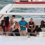Con alcohol, chicas y amigos pasea Justin Bieber en yate