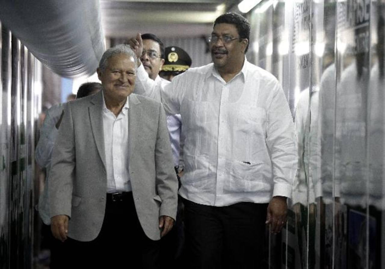 El presidente Salvador Sánchez Cerén junto con el viceministro nicaragüense de Relaciones Exteriores, Valdrack Jaentschke en el aeropuerto Augusto César Sandino. foto edh / CAPRES