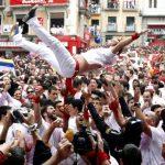 El chupinazo que ha lanzado el presidente de la Cruz Roja en Pamplona, Mikel Martínez, ha abierto a las doce del mediodía las fiestas de San Fermín.