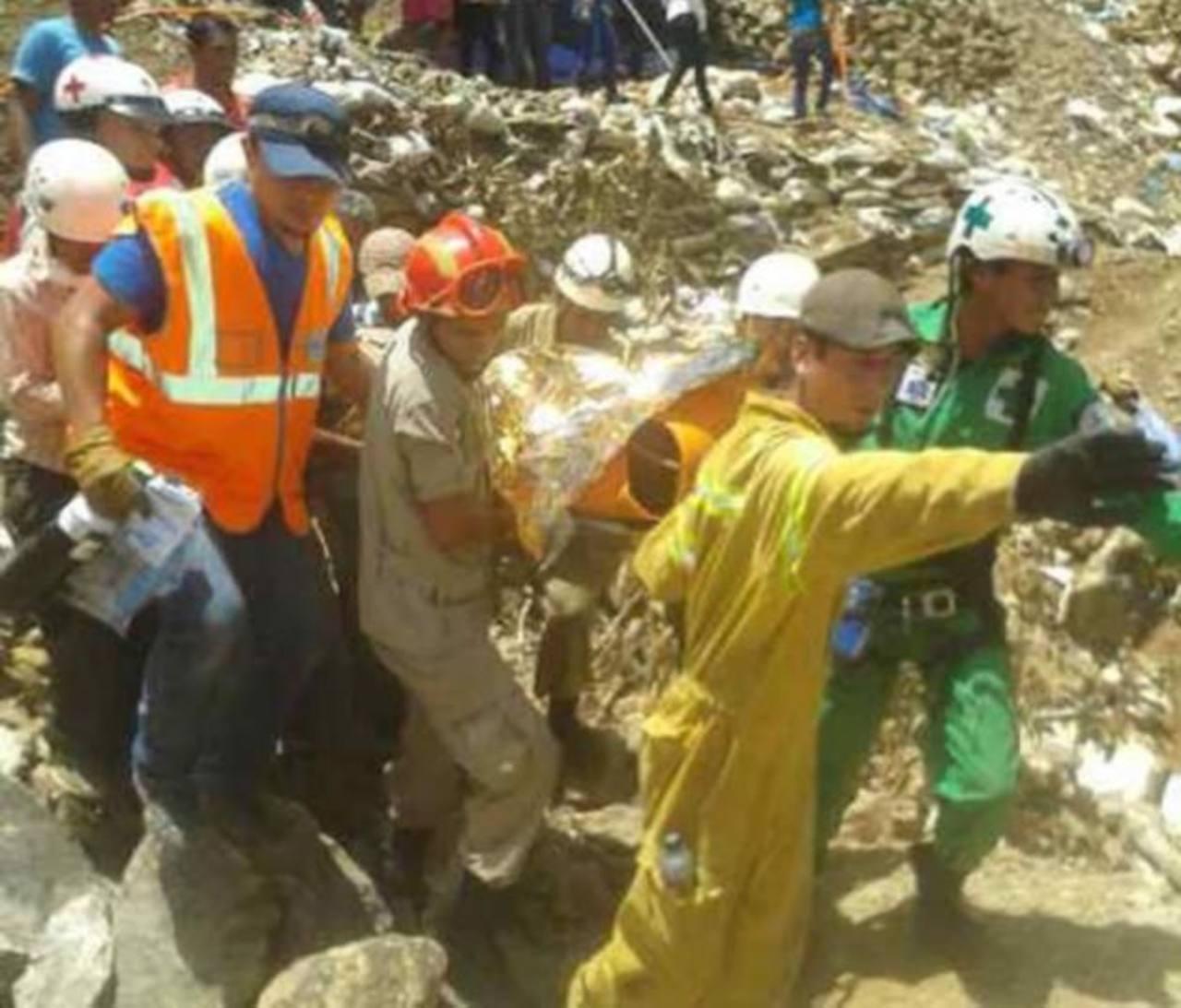 Socorristas salvadoreños rescatan a tres de los mineros atrapados en Honduras