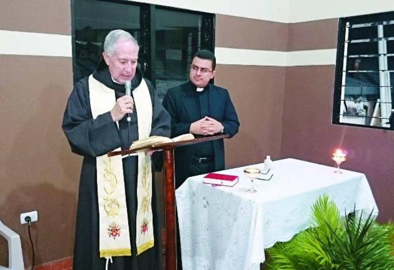 Obispo de la Diócesis de Santa Ana, monseñor Romeo Tovar, bendijo el lugar. Foto EDH / Iris LimaLa parroquia San Miguel Arcángel está ubicada en el barrio San Miguelito, al oriente de la cabecera departamental.
