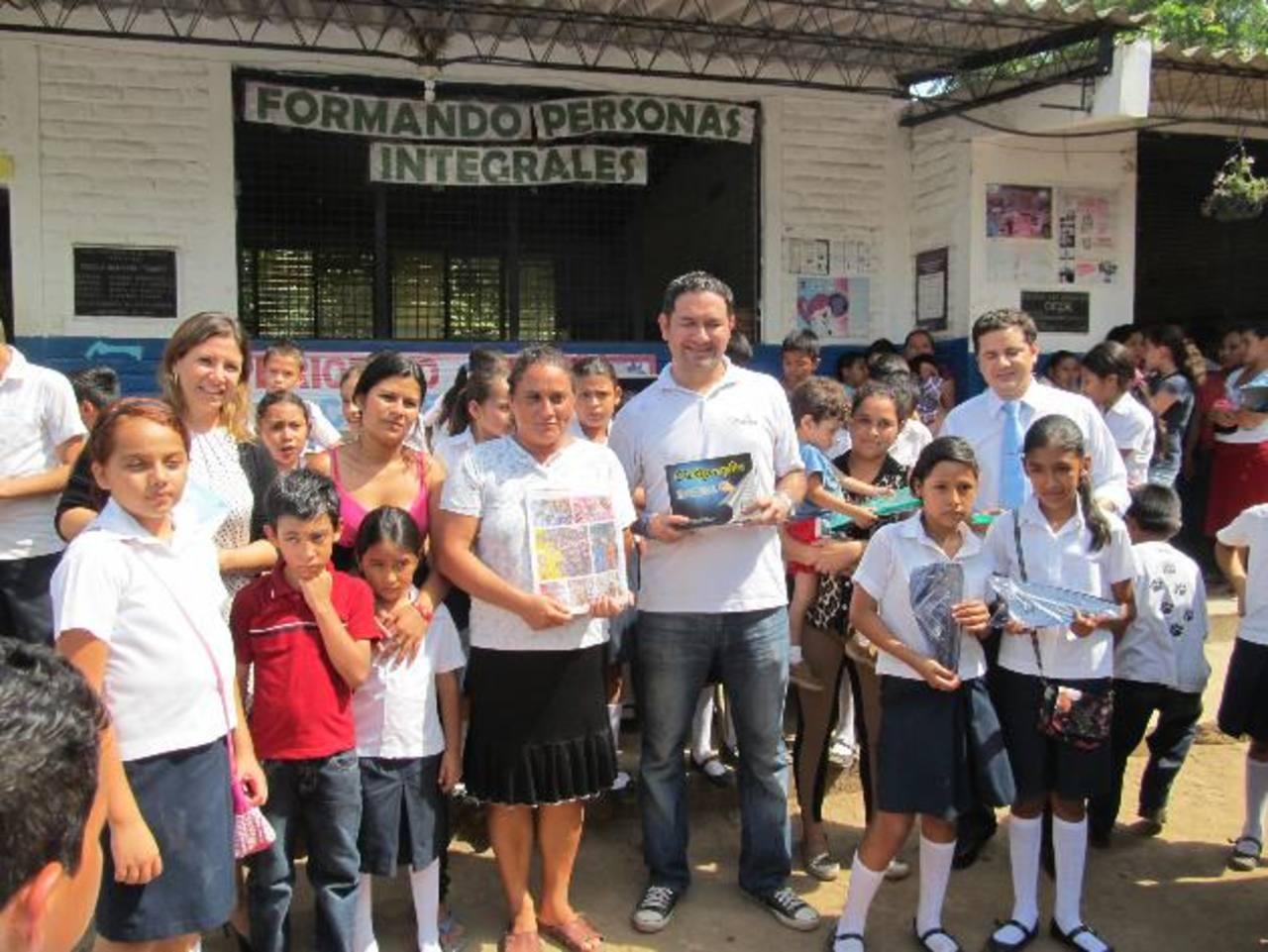Los estudiantes beneficiados suman más de 1,500 y asisten a dos escuelas en La Libertad. Foto EDH / Cortesía Grupo Roble