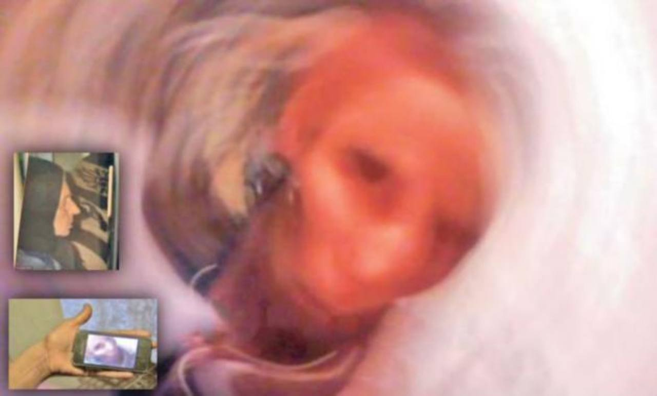 En grande la supuesta selfie del espiritu, en el retrato la abuela, abajo el celular al cual llegó la imagen