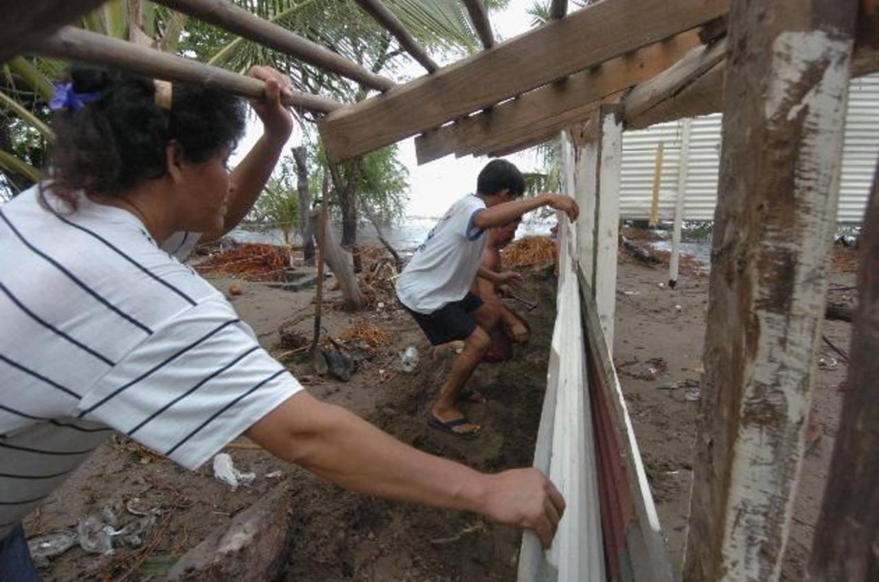 Las mareas altas afectan constantemente a pobladores de La Unión. Foto EDH / archivo