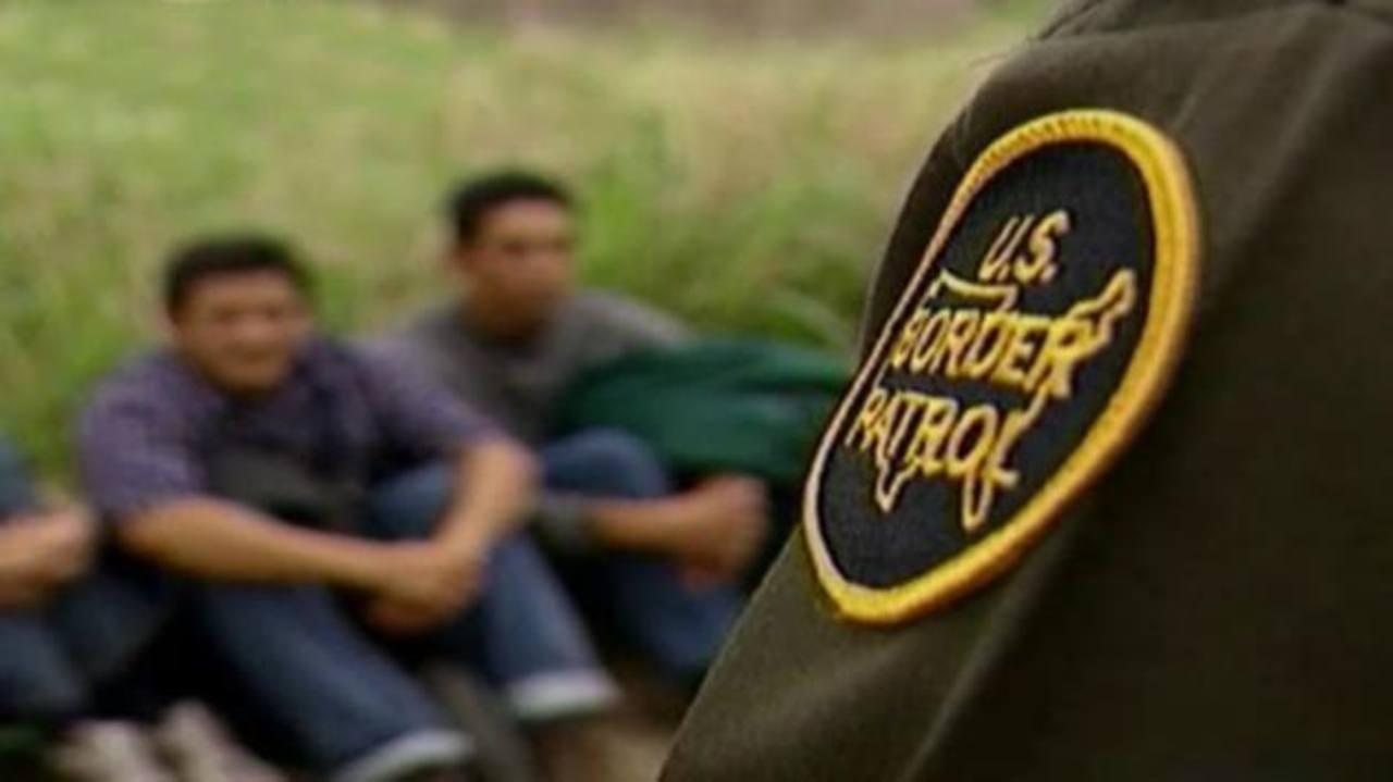 Agentes de la Patrulla Fronteriza vigilan a inmigrantes detenidos. foto edh / foxnews.com