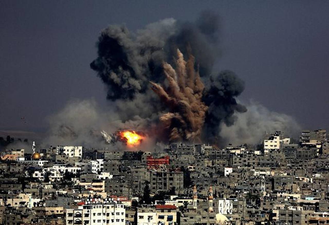 Vista de una explosión en el barrio de Tuffah tras un ataque aéreo israelí en el este de Gaza. foto edh / EFE