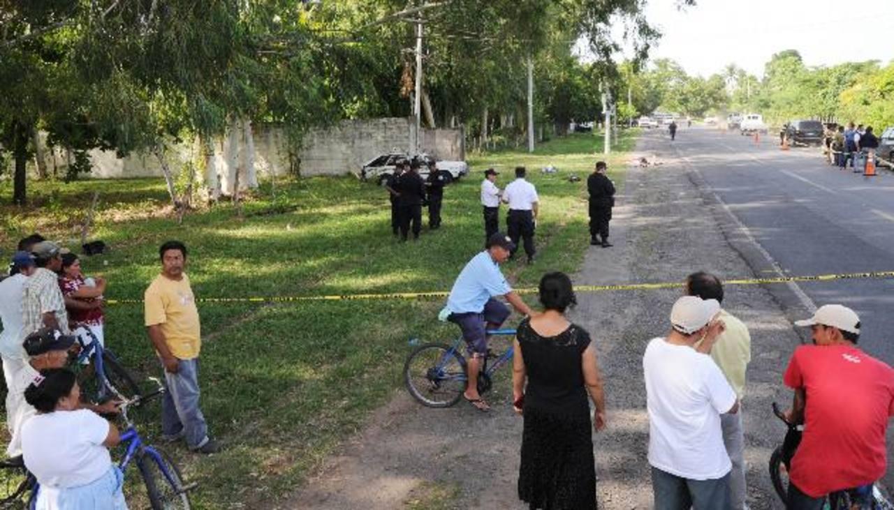 Dos supuestos asaltantes, identificados como David Ramírez y Alex Royer Larín murieron ayer, cuando al parecer escapaban luego de un robo. Foto EDH / Claudia Castillo.
