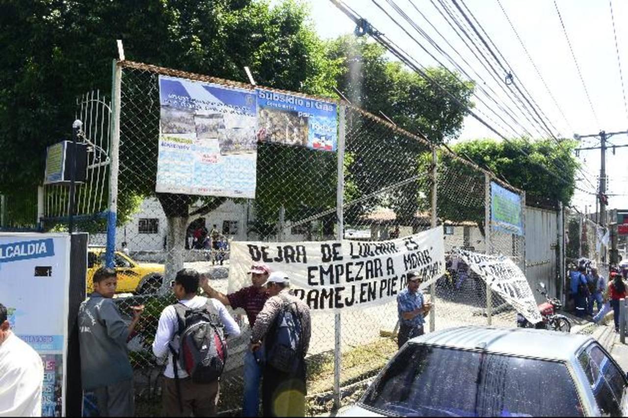 Unos 30 trabajadores protestaron por la falta de pago del salario del mes de junio. Foto edh / RENÉ ESTRADA