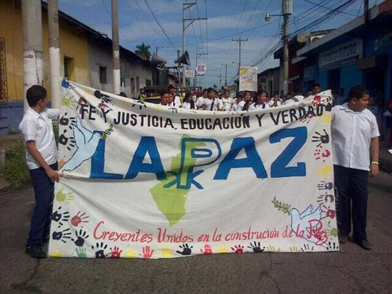 Los estudiantes participan en la marcha por la paz.