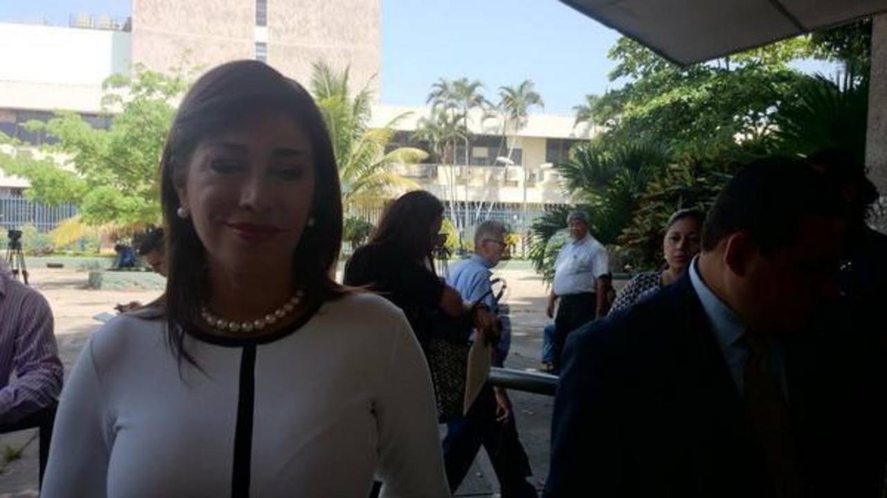 Ana Vilma de Escobar y su bogado a su ingreso a la Corte Suprema de Justicia, donde presentaron un recurso de amparo para que se le restituyan sus derechos como diputada.