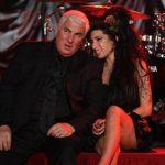 """Mitch Winehouse aseguró que actuar en los escenarios le permite sentirse más cerca de su fallecida hija. """"Siento que cuando estoy en el escenario, Amy está conmigo"""", dijo."""