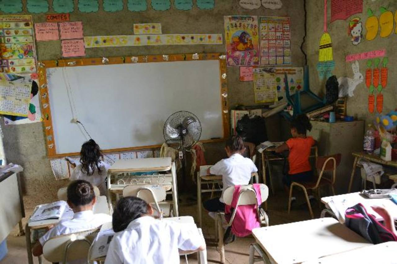 Los maestros se ven obligados a pedir a los padres materiales para que los niños trabajen.