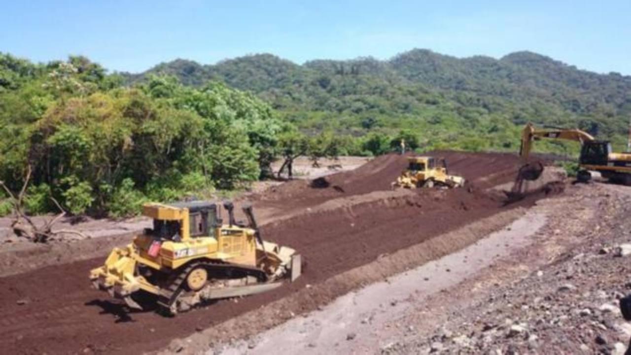 El MOP realiza labores de limpieza en los reservorios del volcán Chaparrastique, en San Miguel.
