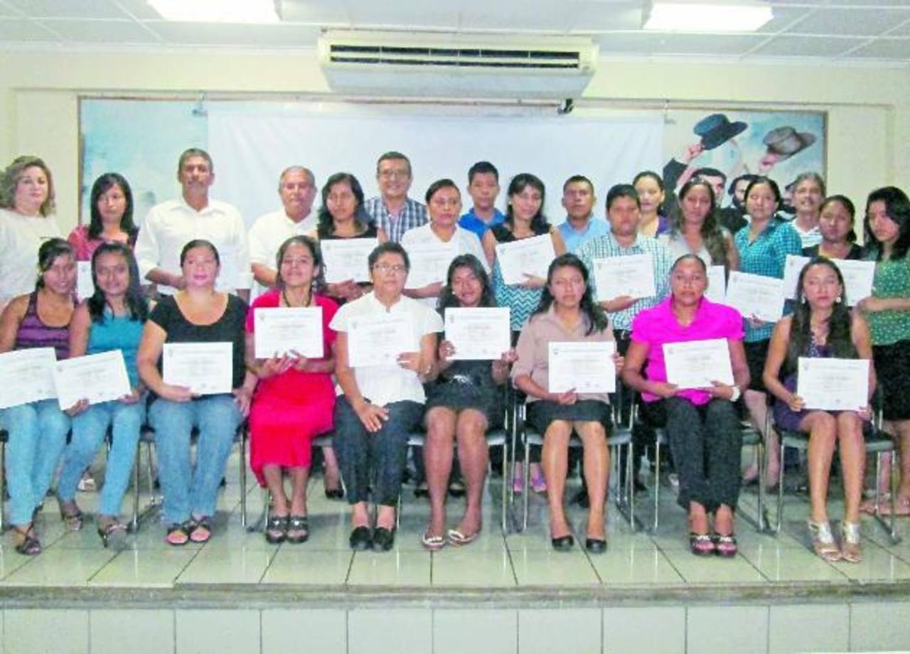 El edil Roberto Aquino entregó los diplomas a los participantes.