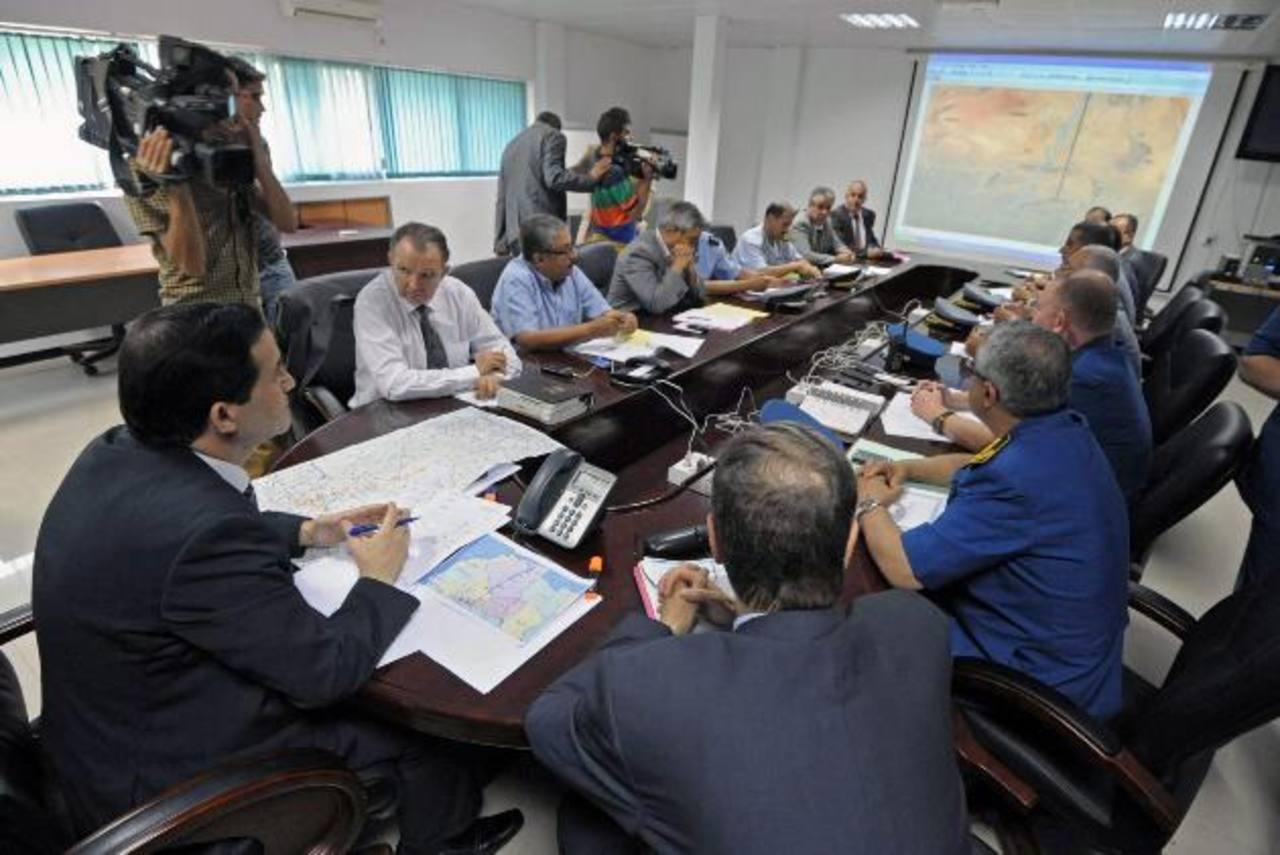 El ministro de Transporte de Argelia, Amar Ghoul (i), ayer durante una reunión de la unidad de crisis en el Aeropuerto Internacional de Houari-Boumediene en Argel (Argelia). foto edh / EFE