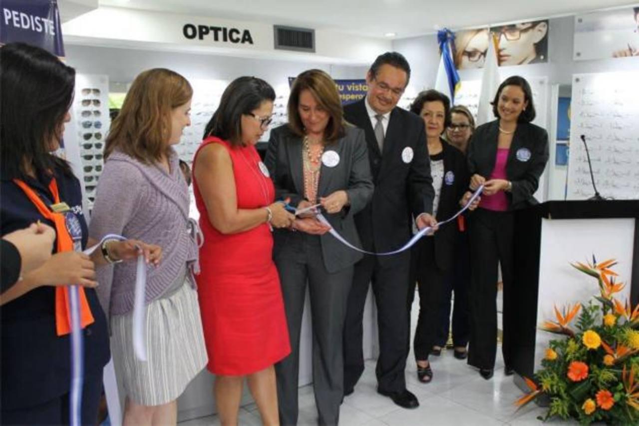 Representantes de la junta directiva durante la inauguración del establecimiento.