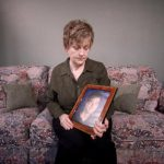 Esta foto del 7 de febrero del 2012 muestra a Karen Williams con un retrato de su difunto hijo Loren Williams en su casa en Beaverton, Oregon.