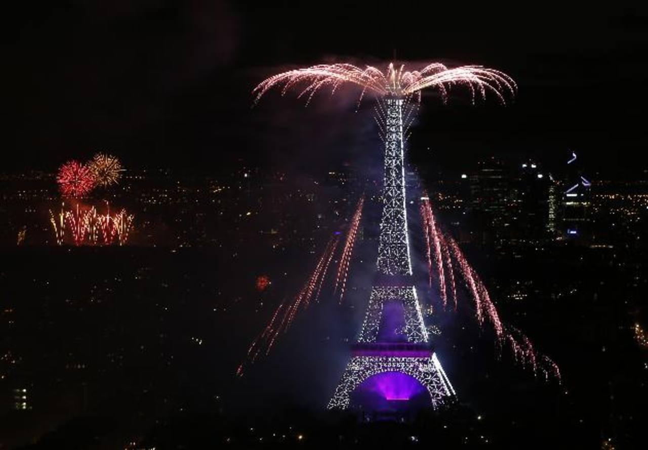 Fuegos artificiales fueron lanzados desde la Torre Eiffel, como parte de las actividades desarrolladas. Foto EDH / AP