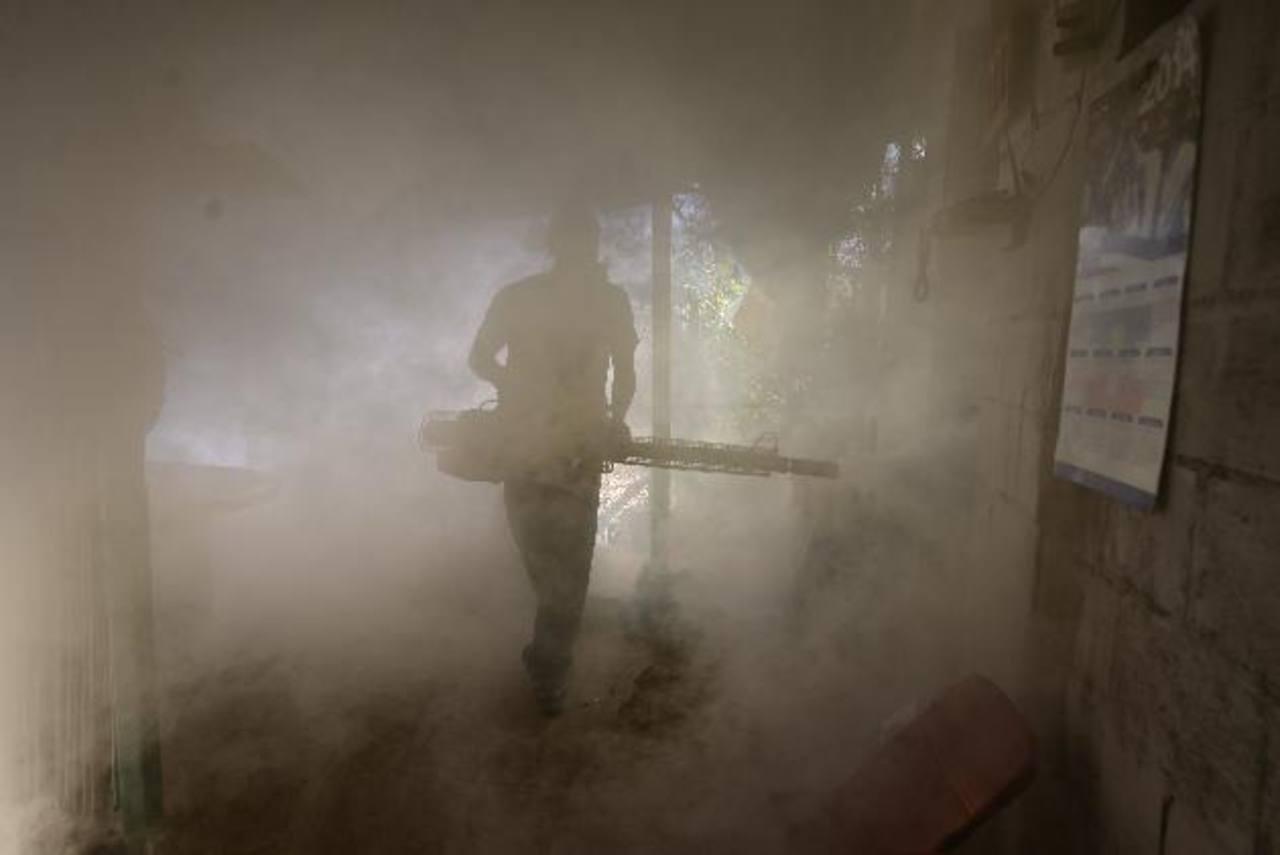 Un hombre fumiga en la comunidad El Tanque, en Antiguo Cuscatlán. Foto EDH / archivo
