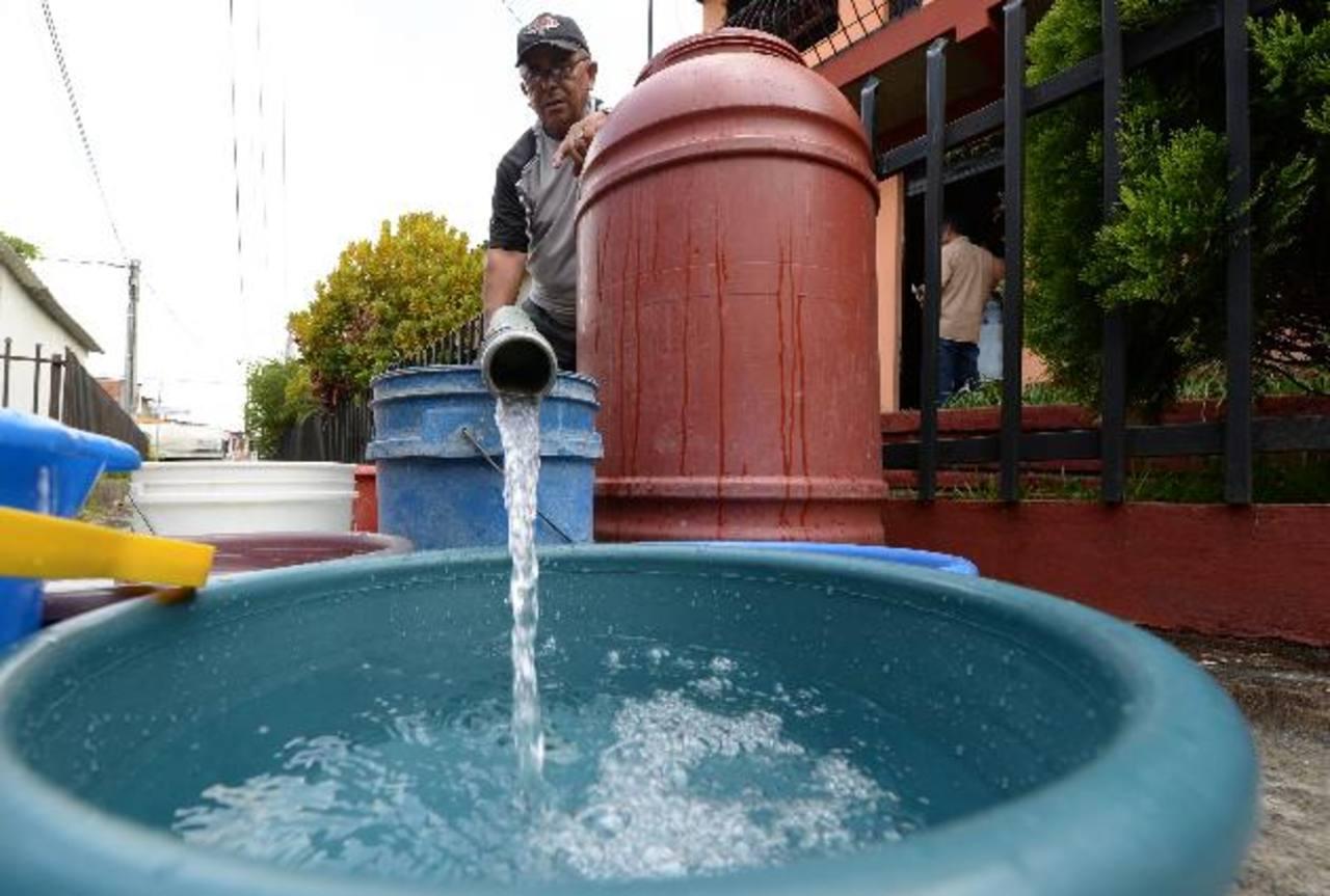 Varias colonias de Santa Tecla, del Poniente y Sur de San Salvador, siguen sin recibir el servicio de agua. Foto EDH / archivo