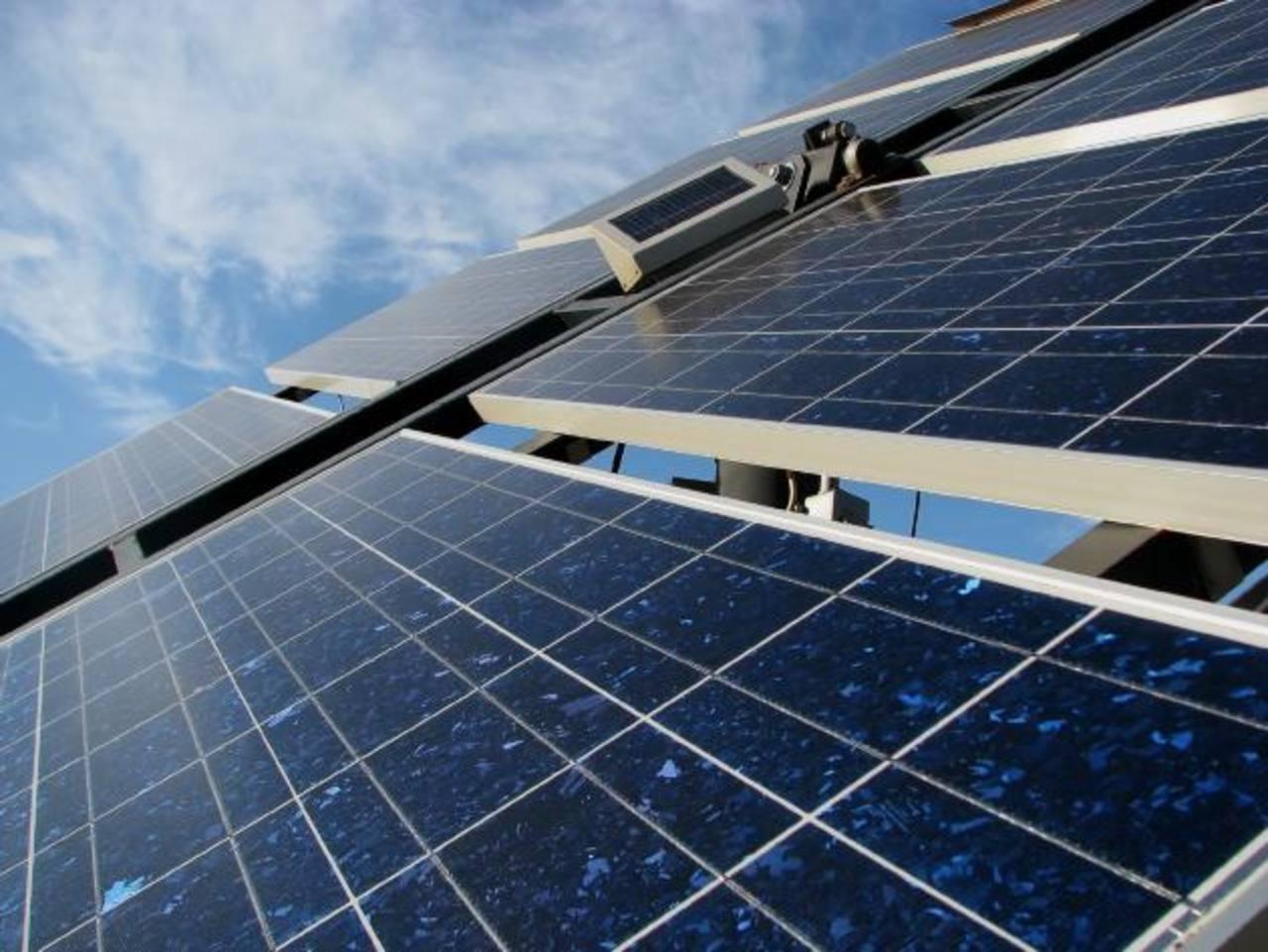 En energía poseen proyectos eólicos y en paneles solares.