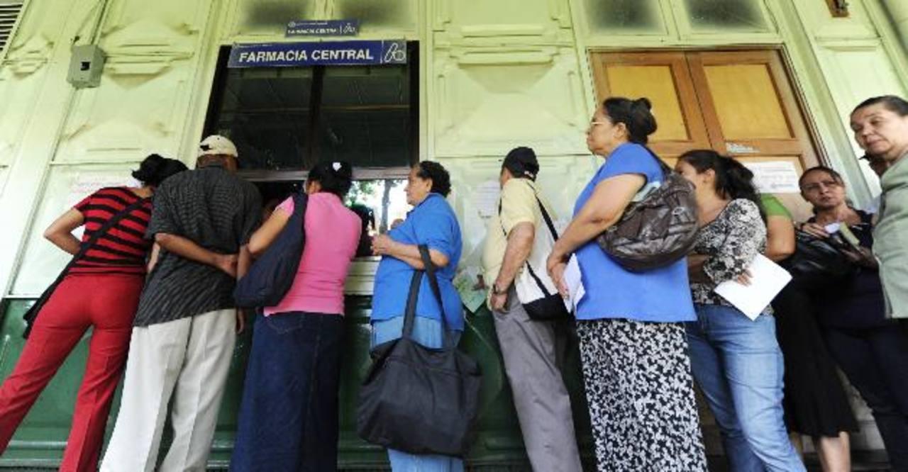 Decenas de usuarios del Rosales en la farmacia central. Foto EDH/Mauricio Cáceres