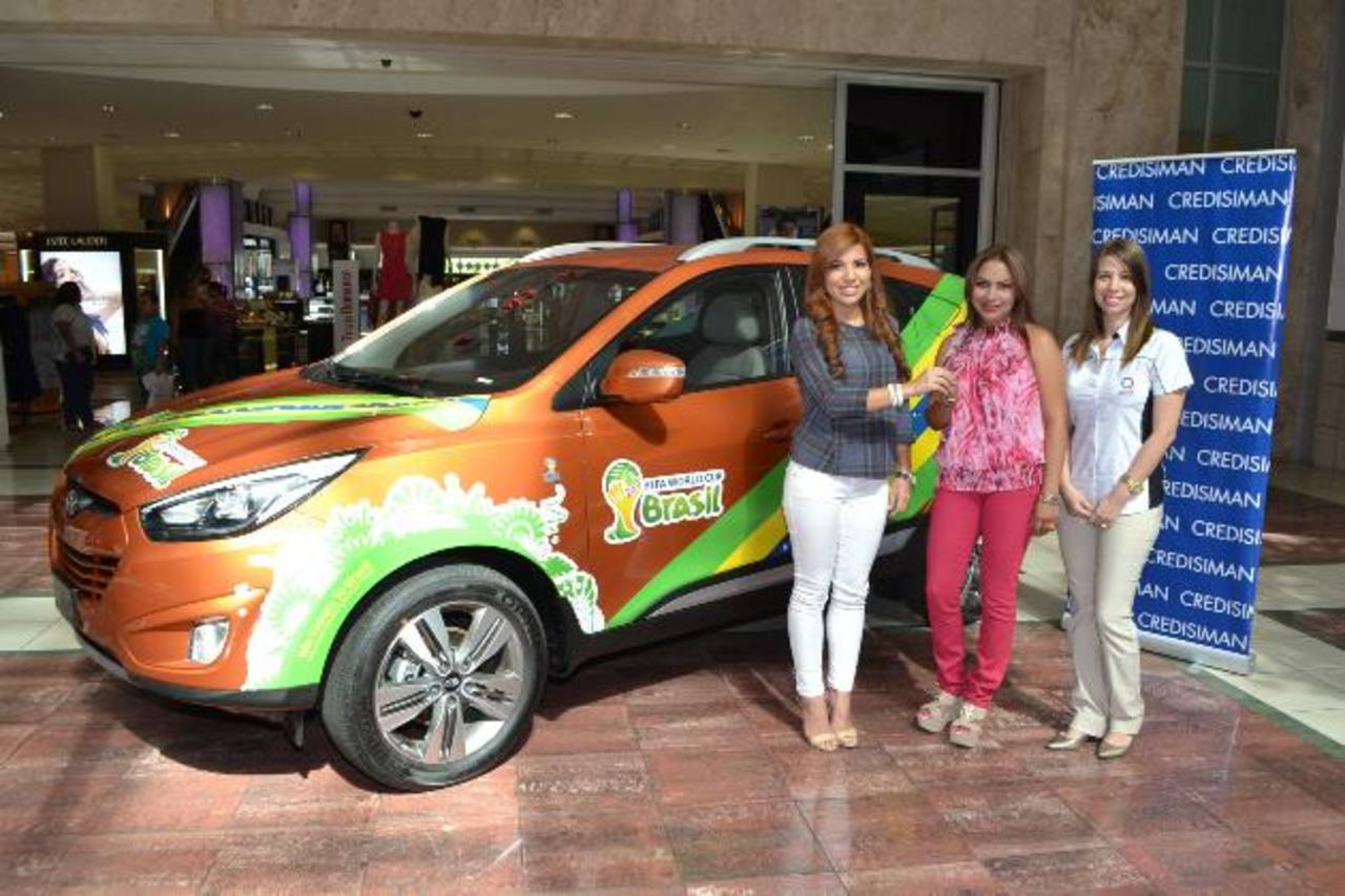 Gabriela Pérez, de Credisimán, junto a Camila Benítez, de Hyundai, hace la entrega de premio. Foto EDH / Mario Díaz