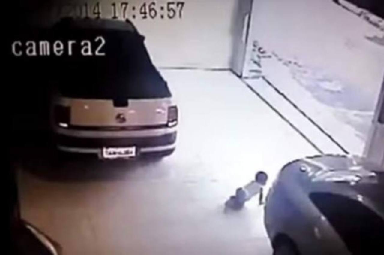 Video: Auto le pasa encima a un bebé