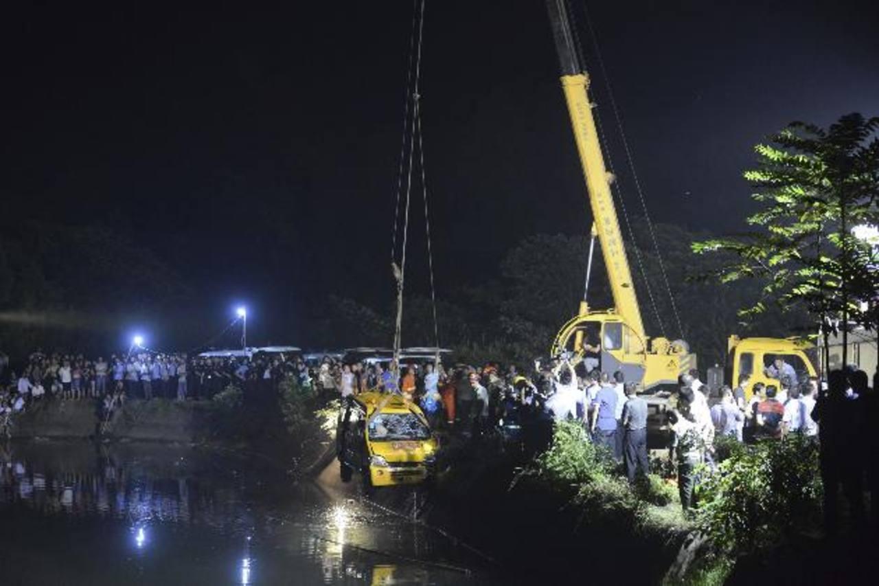 Once muertos, entre ellos ocho niños, al caer furgoneta en estanque en China