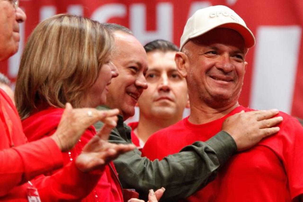 El exjefe de la Inteligencia militar Hugo Carvajal (d) junto al presidente de la Asamblea Nacional, Diosdado Cabello (c). foto edh / efe