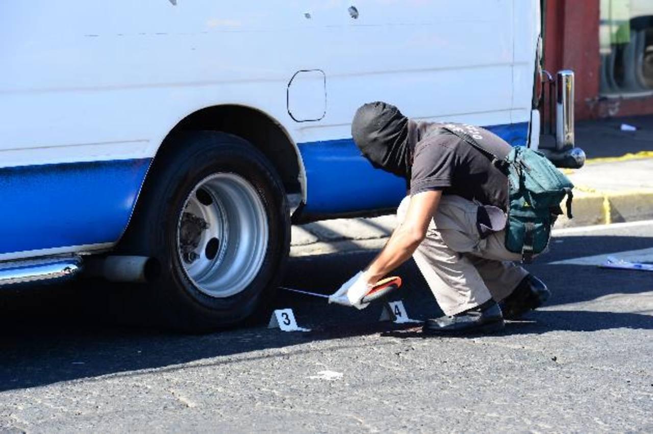 La unidad del transporte donde murió la maestra tenía orificios de balas en sus dos laterales. Foto EDH /Jorge Reyes.