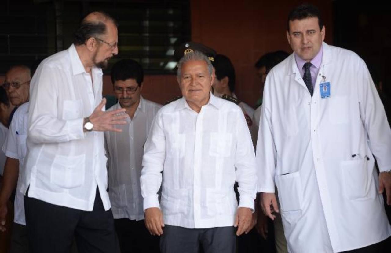 El director del ISSS, Ricardo Cea (izquierda), acompaña al mandatario Salvador Sánchez Cerén (centro). Foto EDH /