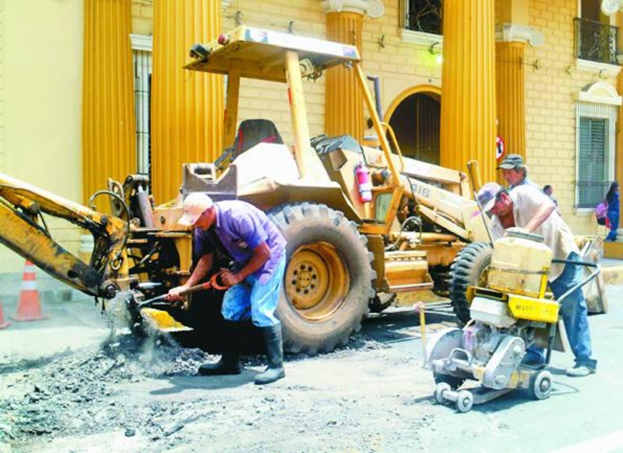 Los trabajos comenzaron ayer pero fueron suspendidos por la falla en la maquinaria municipal. Foto EDH / mauricio guevara