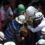 Momento en el que mineros hondureños y la Cruz Verde salvadoreña rescatan ayer a uno de los obreros en la comunidad de San Juan Arriba, Choluteca, al sur de Honduras. foto edh / EFE