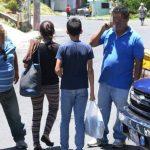 Afuera de la Dirección de Atención al Migrante, un grupo de taxistas está a la espera de los repatriados y sus familiares. Dicen que, dos veces al mes, alguien les pide viajes largos hacia el Oriente del país. Foto EDH / Salomón Vázquez