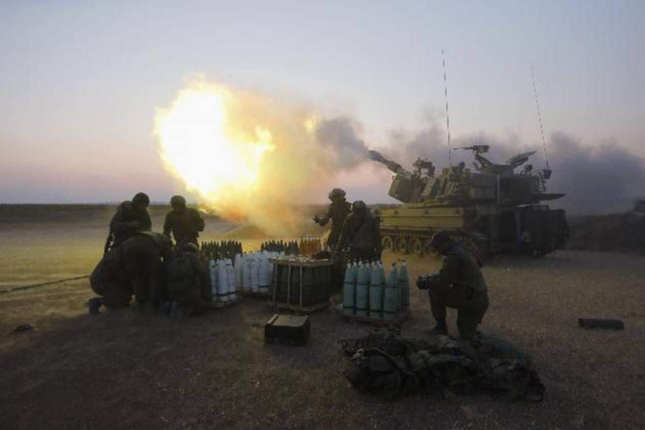 Israel dice que dispara contra arsenales de Hamás y sus túneles subterráneos que cruzan la frontera hacia suelo israelí .