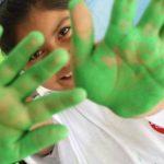 Los voluntarios de Chevron demuestran su compromiso con el país. Foto EDH / Cortesía de Glasswing InternationalChevron apoya diversos clubes, entre ellos el de fútbol. La pintura de murales es una forma de crear espacios de aprendizaje acogedores. Gr